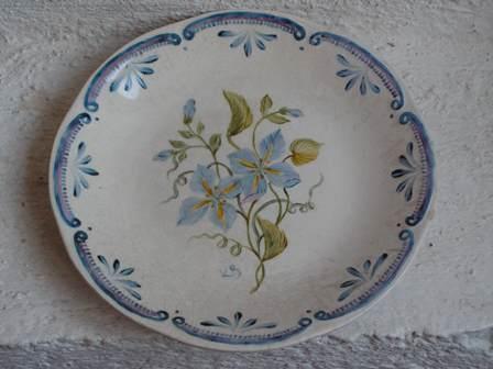 Assiette bleue à l'ancienne par K. BIZOU
