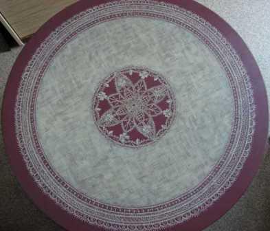 table rouge au napperon dentelle