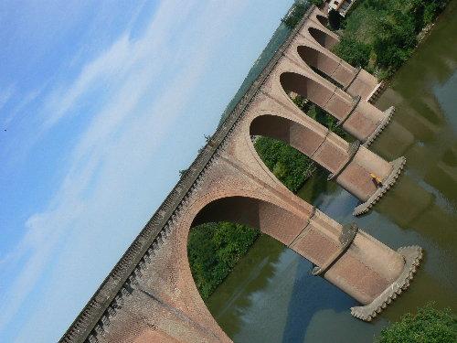http://www.archive-host2.com/membres/images/1336321151/balades/Puygouzon/pont.jpg