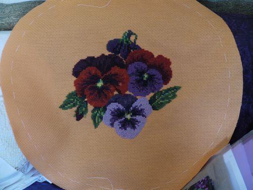 http://www.archive-host2.com/membres/images/1336321151/fleurs/Violas/coussins/orange-0.jpg